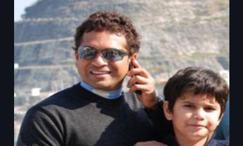சச்சின் பயன்படுத்தும் பிளாக்பெர்ரி போர்ஷே பி-9981 ஸ்மார்ட்போன்!