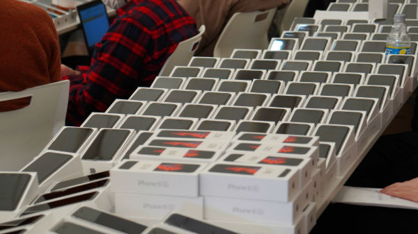 கொரோனா எதிரோலி: டயமண்ட் பிரின்சஸ் கப்பலில் இருப்பவர்களுக்கு 2,000 இலவச ஐபோன்.!