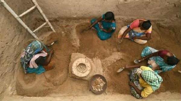 தமிழில் எழுத்துக்களால் பொறிக்கப்பட்ட 'மல்லாடி நாட்டான்' கல் செக்கு